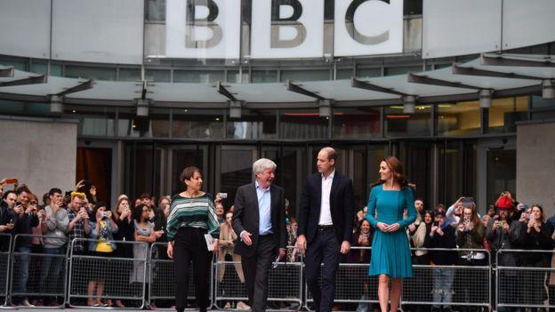 O casal real foi fotografado com o diretor-geral da BBC, Tony Hall, e a diretora da BBC Children, Alice Webb