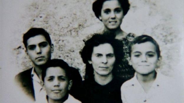 Foto da família Castiglia: a mãe Elena cercada dos quatro filhos, três homens e uma mulher; Libero é o menino mais velho, à esquerda