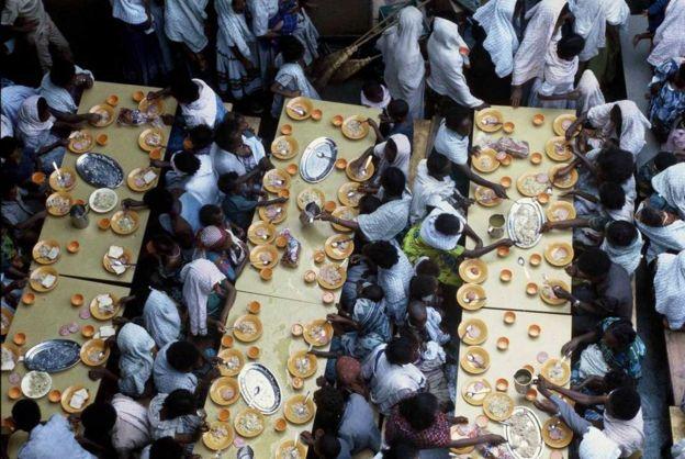 Judeus etíopes comendo a bordo do navio da Marinha israelense