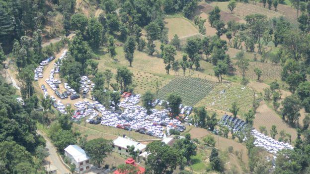 हिमाचल प्रदेश के खेतों में खड़ी हुईं कारें