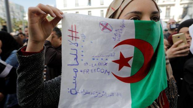 c7aa8091f متظاهرة جزائرية مصدر الصورة Reuters. مازالت الصحف العربية مهتمة بالتطورات  في الجزائر، ...