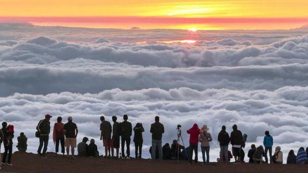 Personas mirando al horizonte