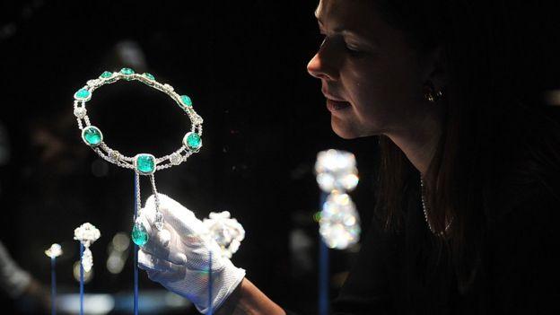С ростом народного недовольства тускнеет блеск бриллиантов в колье