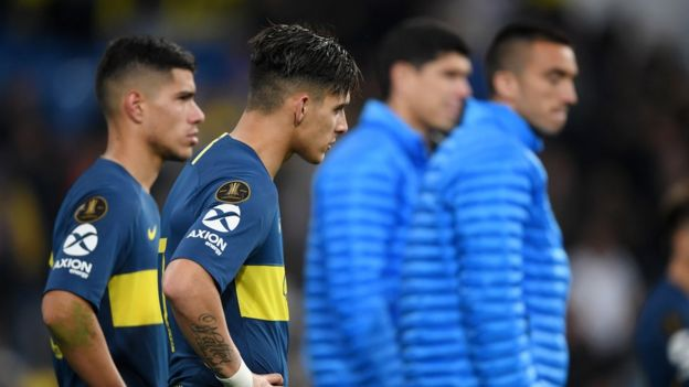 Jugadores de Boca Juniors apenados por la derrota en la final de la Copa Libertadores