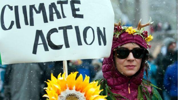 pancarta pidiendo acciones contra el cambio climático