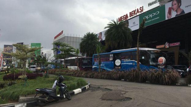 Pemerintah menyediakan alternatif bus Transjakarta bagi pengendara mobil pribadi