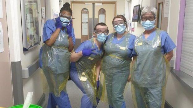 Sophie (segunda der.) con sus colegas enfermeros, poco antes de la boda.
