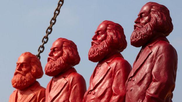 Cuatro estatuas rojas de Karl Marx.