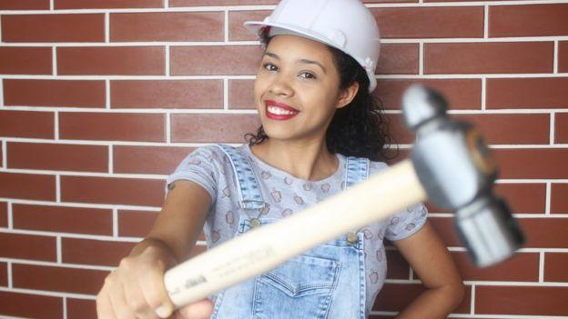 Paloma segura um martelo