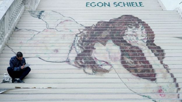 Reproducción de un artista callejero de una obra de Schiele en las escaleras del Museo de Arte Albertina.