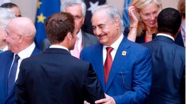 Hafter'in Fransa başta olmak üzere bazı Batı ülkeleri ile yakın ilişkileri olduğu belirtiliyor.