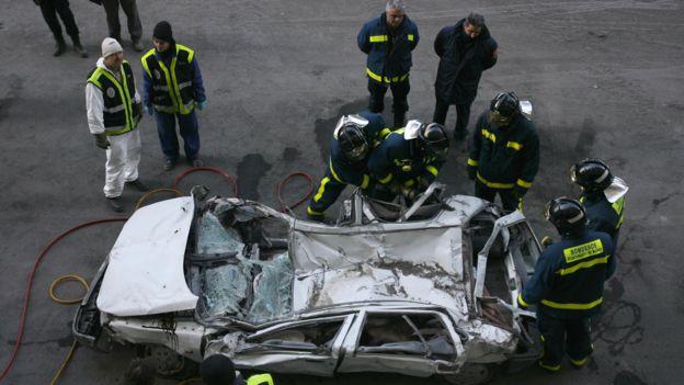 Auto aplastado rodeado de policías