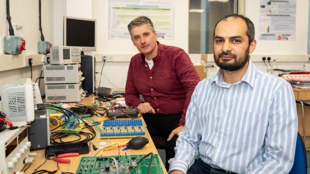 Prof. Alain Nogaret (solda) ve araştırma ekibinden Kamal Abu Hassan