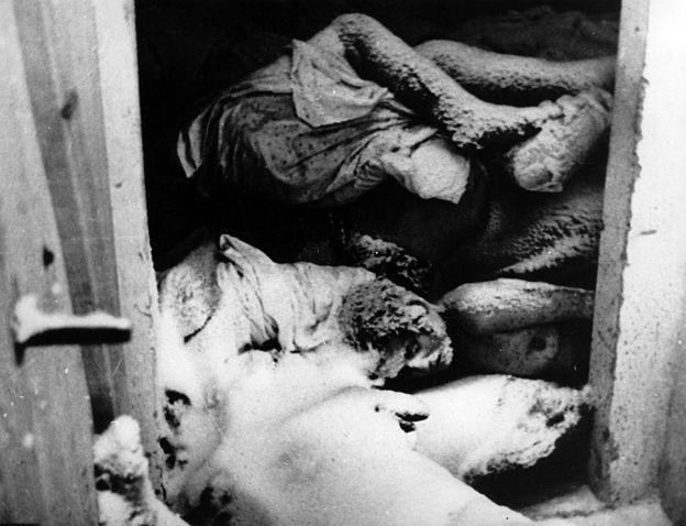 Prisioneiros mortos nas câmaras de gás de Auschwitz — fotografia de 1944