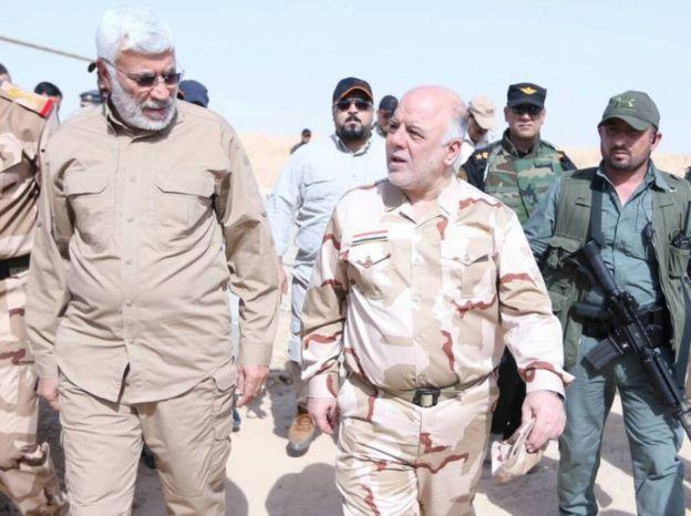 Haşdi Şabi Komutan Yardımcısı Ebu Mehdi Mühendis (solda) ve Irak Başbakanı Haydar İbadi, Mayıs 2017'de Musul'da görüşürken