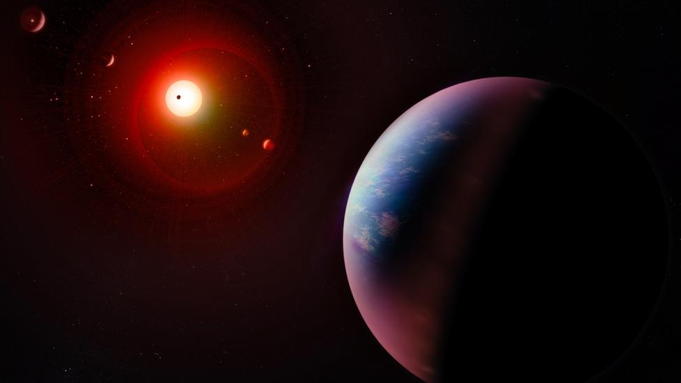 Экзопланета на фоне своей звезды