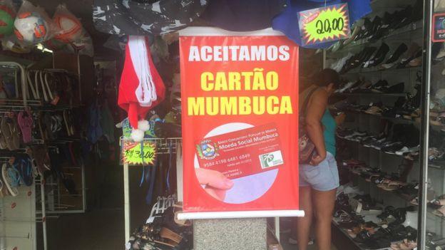 Cartaz em sapataria diz: Aceitamos cartão mumbuca