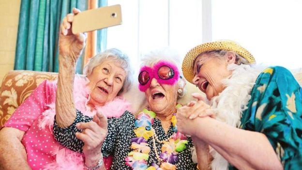 Aktif üç yaşlı kadın