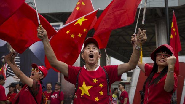 一名親北京群眾在香港尖沙嘴一場中國國慶日集會上高喊(資料圖片)