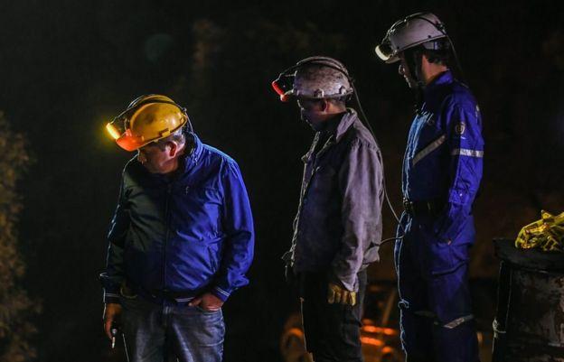 Mineros en labores de rescate.