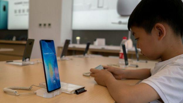 Niño usando un teléfono inteligente