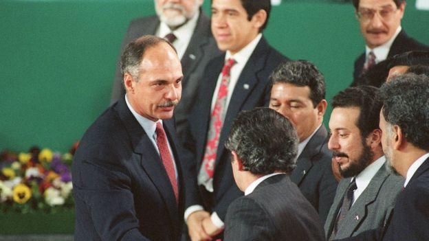 Saludo durante la firma de los acuerdos de Chapultepec