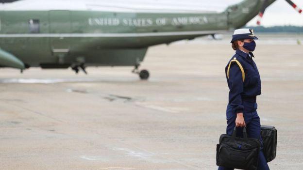 يرافق الرئيس الأمريكي مساعد عسكري يحمل الحقيبة النووية التي تحوي شفرات الترسانة النووية