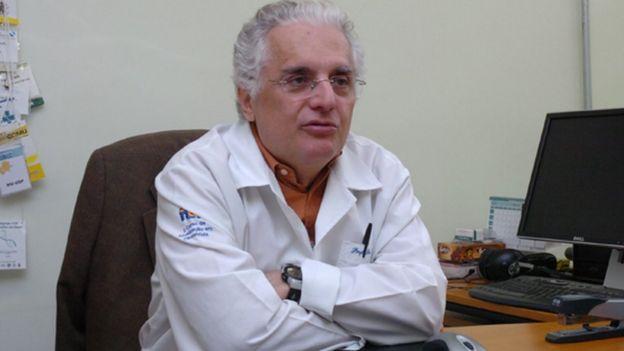Paulo Lotufo em cadeira de escritório, falando para interlocutor