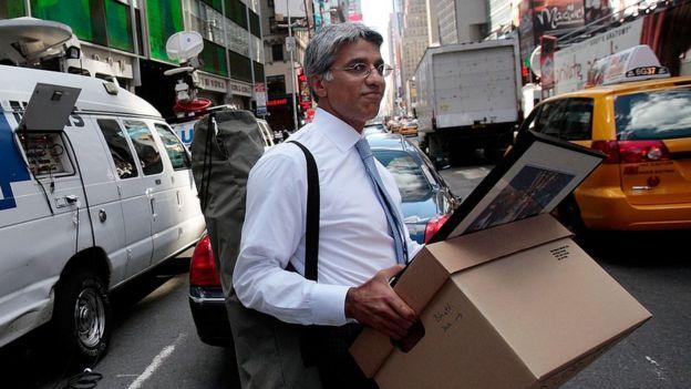 Un trabajador de Lehman Brothers con su caja de pertenencias tras su despido.