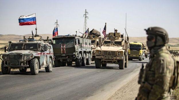 قوات روسية إلى جانب أخرى أمريكية، في منطقة المالكية شمال شرق سوريا على الحدود مع سوريا، 3 يونيو/حزيران 2020