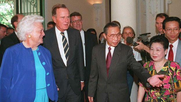Vợ chồng tổng thống Bush, khi đã rời Nhà Trắng, thăm Việt Nam tháng 9/1995