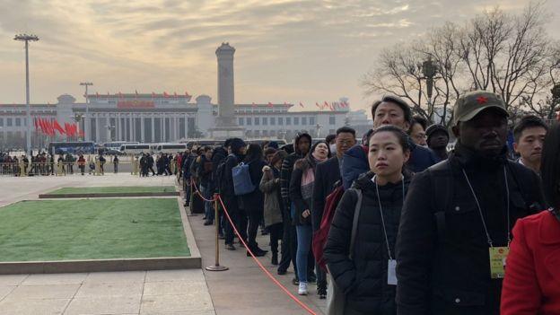 往年在人民大会堂外排队入场的中外记者。