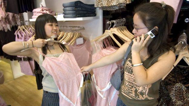 Milhões de chineses formam hoje uma classe média que não existia no país nos anos 1980, quando a desigualdade era menor. Fotografia: Reprodução/BBC