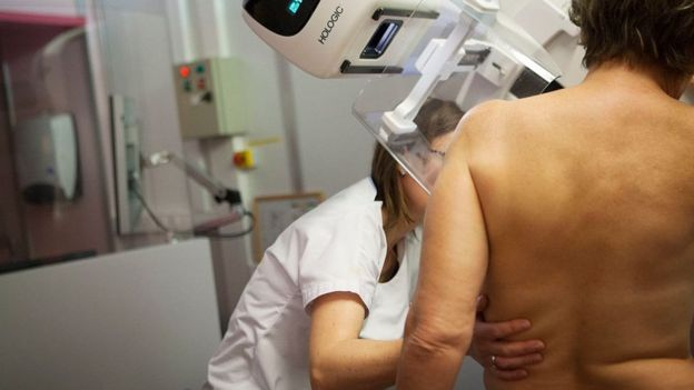 Mulher passa por mamografia