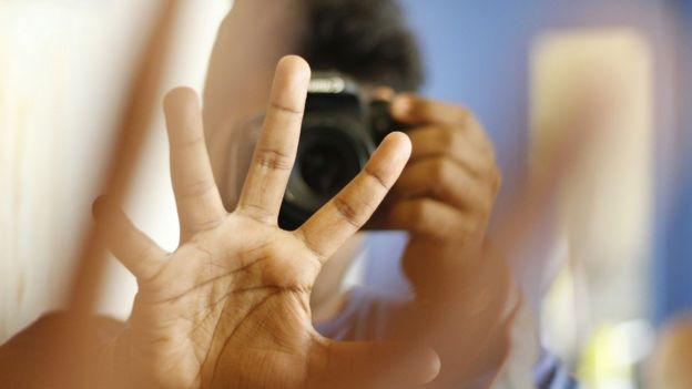 mano frente a la cámara