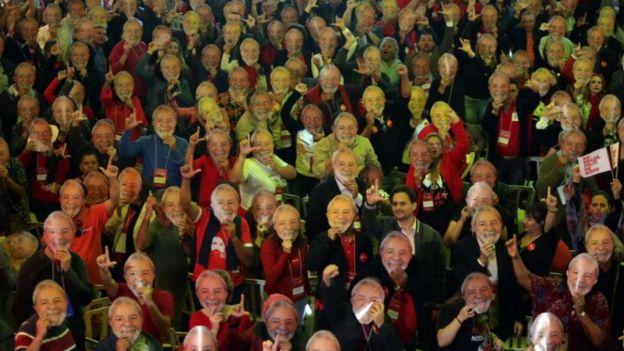 Militantes petistas com máscaras de Lula