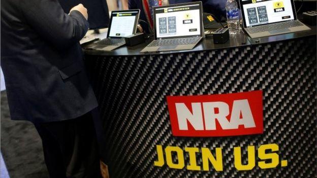 Un aviso que dice NRA únete