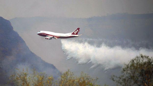 Bolivya yangınlarla mücadele etmek için dünyanın en büyük yangın söndürme uçağı olan Boeing 747 Supertanker'ı kiraladı. Helikopterler en fazla 10 bin litre taşıyabilirken bu uçak 70 bin litre su taşıyabiliyor