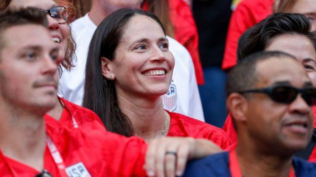 Sue Bird, novia de Megan Rapinoe, viendo la final Estados Unidos contra Holanda.