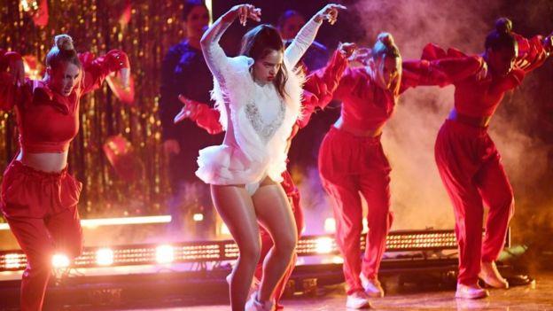 Rosalía durante su actuación en los Grammy Latino.