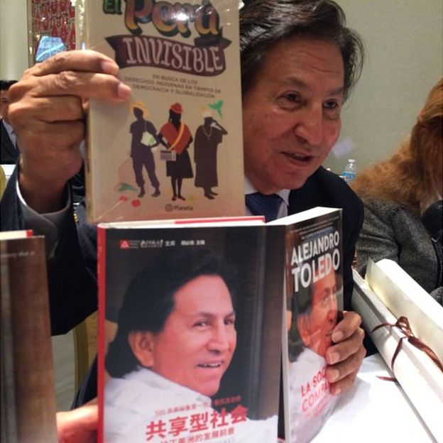 Alejandro Toledo con libros