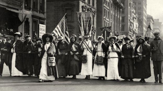 Sufragistas marchan por la 5ta Avenida en Nueva York