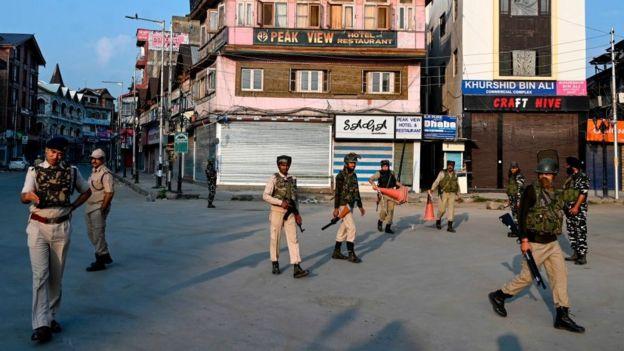 در منطقه کشمیر هند، خطوط تلفنی و همچنین اینترنت از عصر روز یکشنبه قطع است