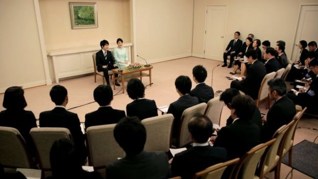 Kei Komuro y la princesa Mako en una rueda de prensa