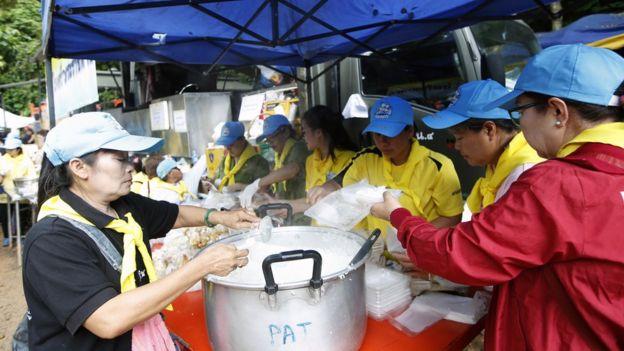 Preparación de comida para el equipo de rescate