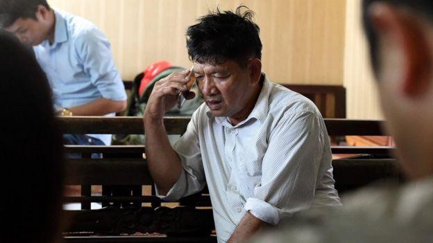 Cha của Đoàn Thị Hương nói chuyện trên điện thoại khi đang theo dõi phiên tòa diễn ra hôm nay tại nhà ở Nam Định.