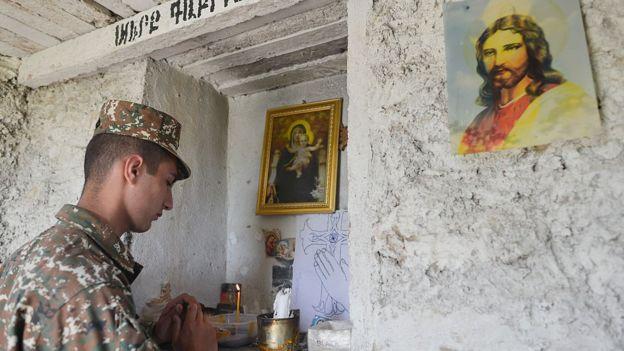 Армянский солдат молится в полевой часовне