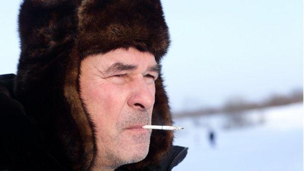 ผู้ชายรัสเซียกำลังสูบบุหรี่