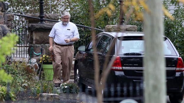 El padre de Joshua Boyle sale de su auto en Ontario.