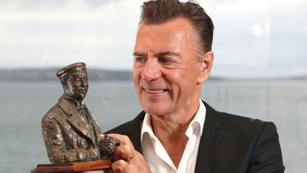 Duncan Bannatyne with bust of Sir Thomas Lipton